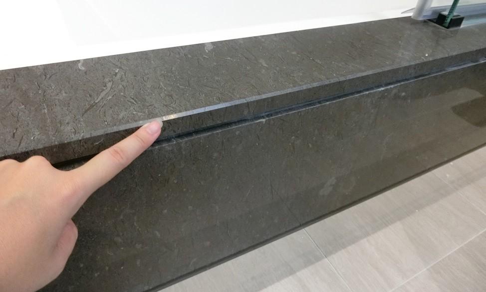 檢查主浴石材有無龜裂或撞凹痕