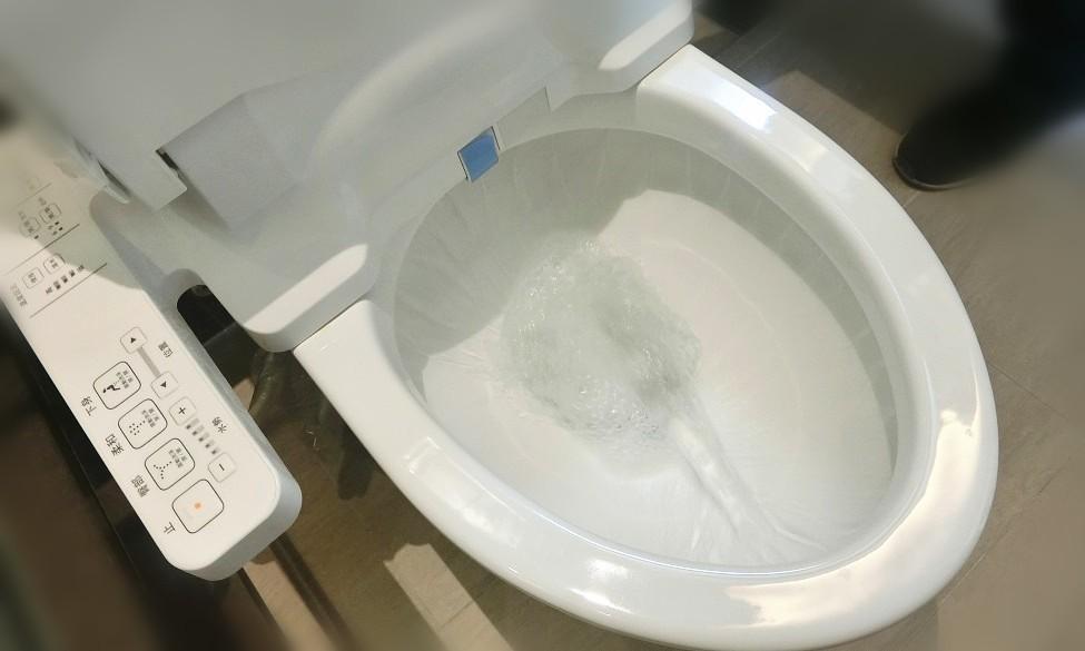 檢查馬桶沖水是否正常、有無漏水、安裝有無歪斜搖晃