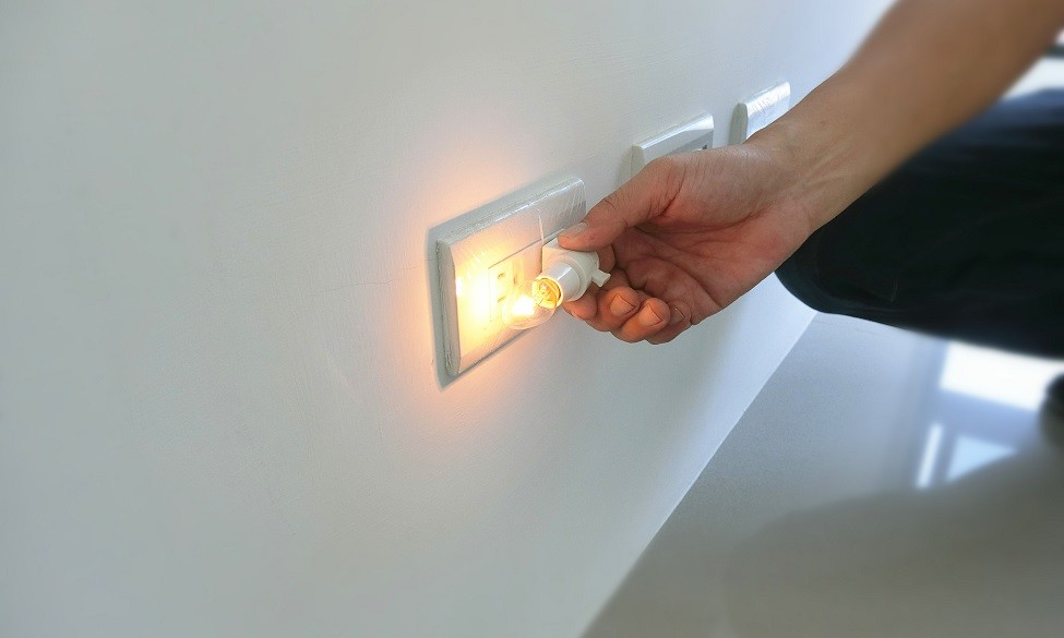 檢查各插座是否通電、蓋板有無刮痕