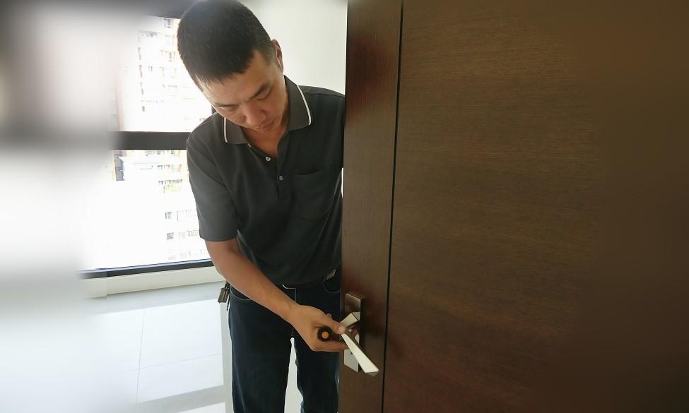 檢查門框、門扇有無刮傷及開關是否順暢